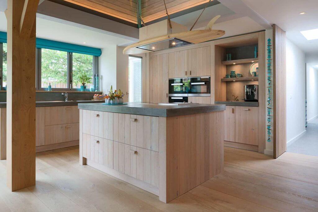 Houten keuken eiland met beton