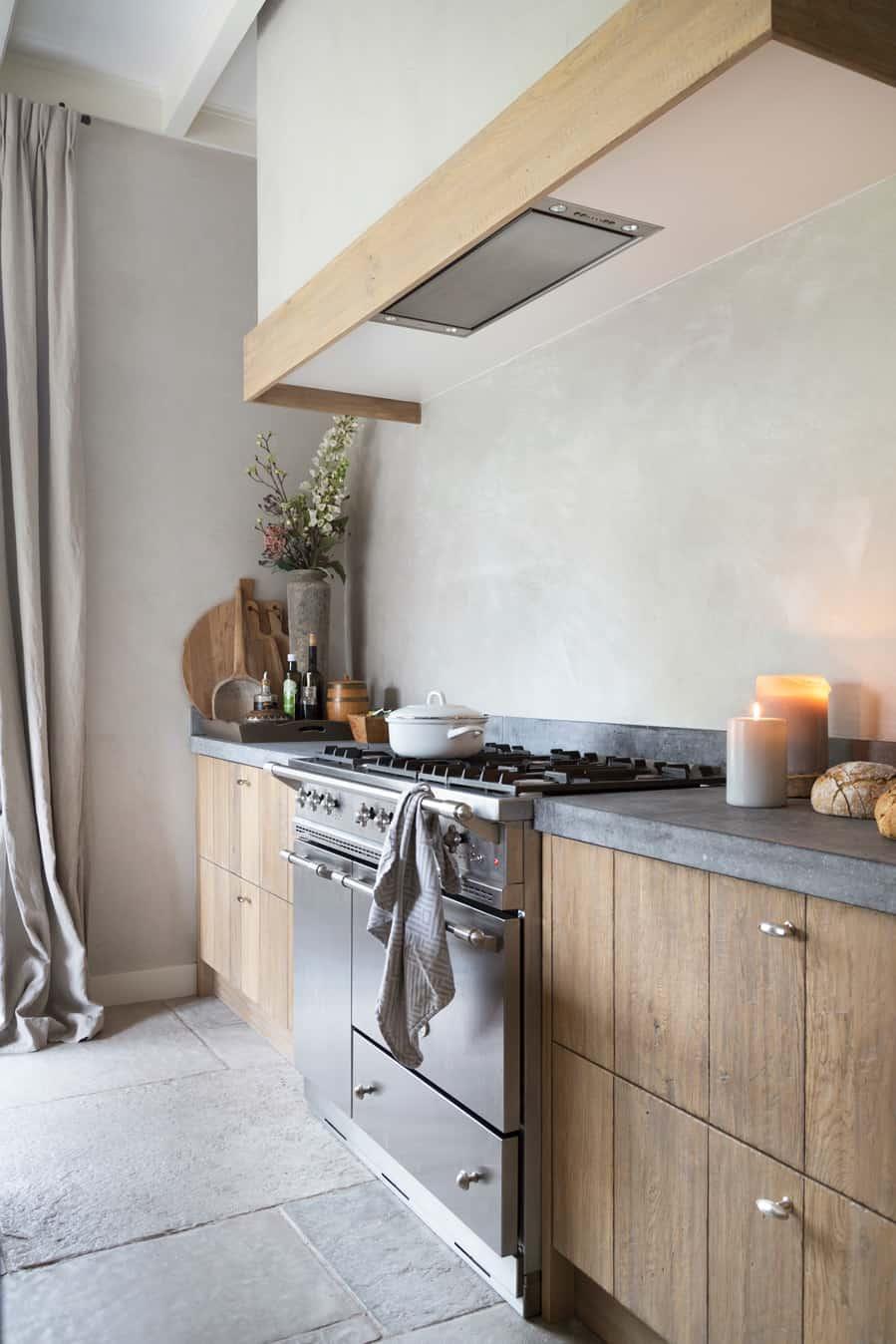 Houten keuken met fornuis