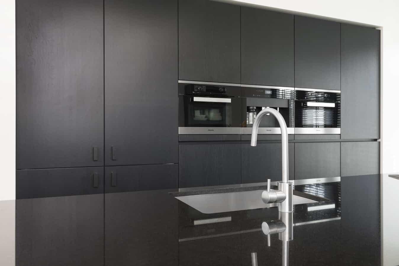 Strakke donkere keuken