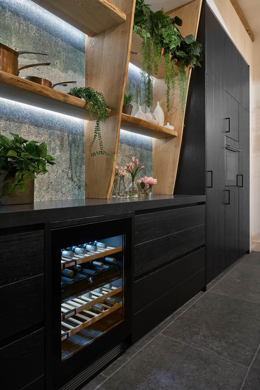 Strakke zwarte keuken hout