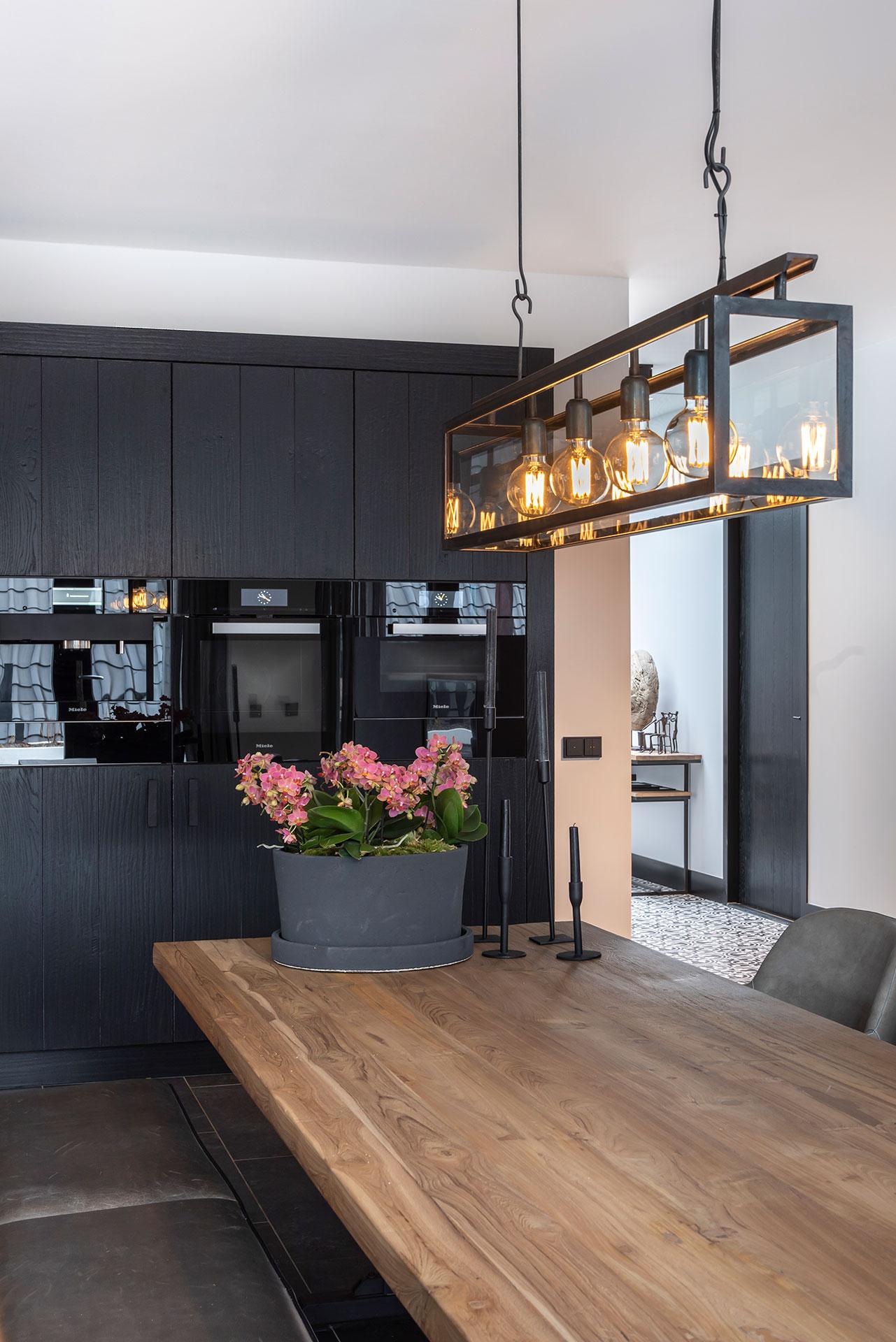 Zwarte keuken eettafel